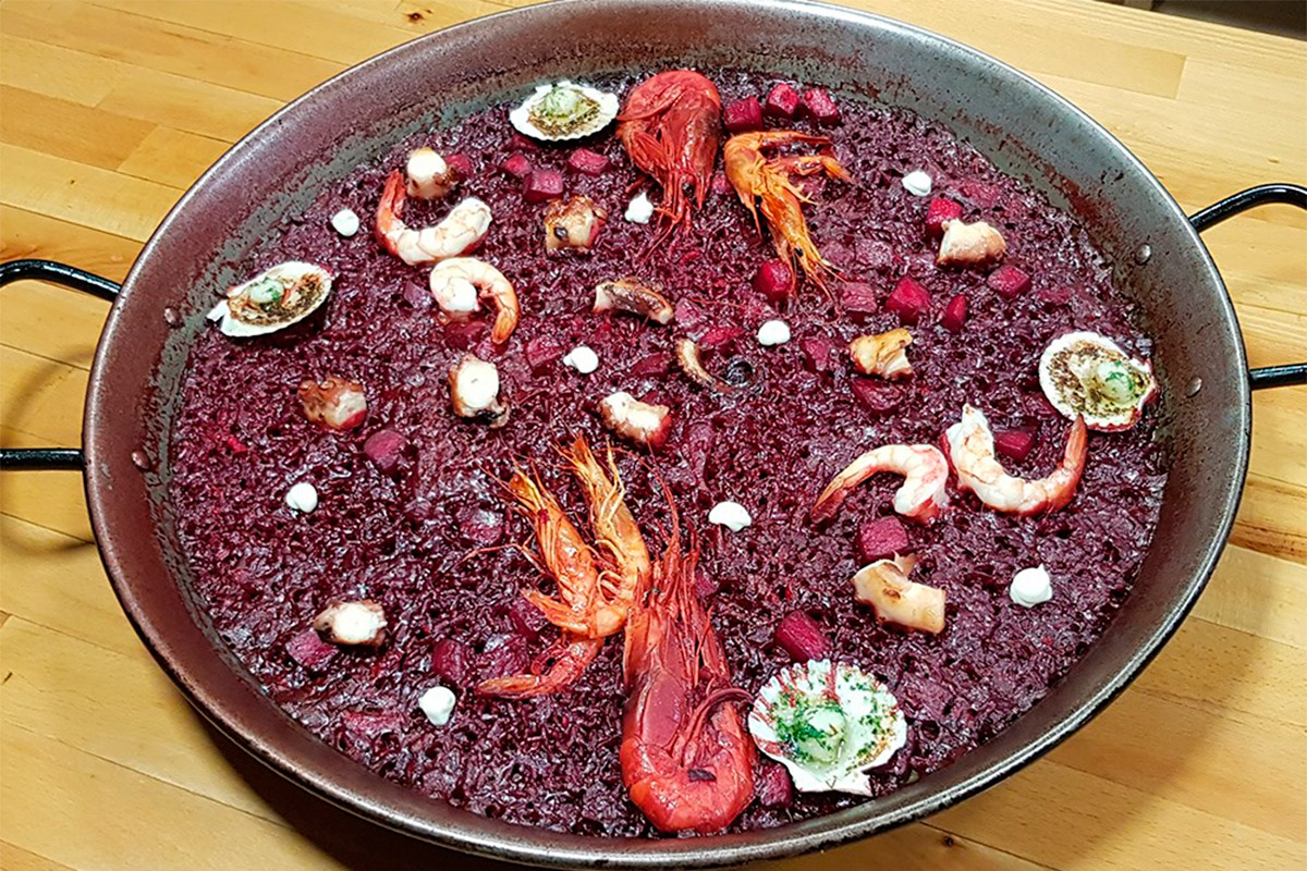 imprimida por su Chef Santi Garrido, un enamorado de la gastronomía, cuya creatividad ha despertado un gran interés entre el público por la oferta culinaria de este Restaurante.